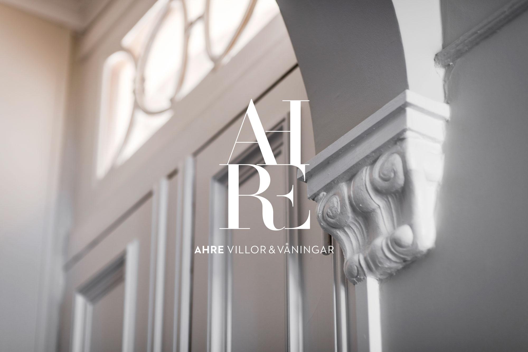 Ahre logotype och en fin äldre dörr i en bostadsrätt