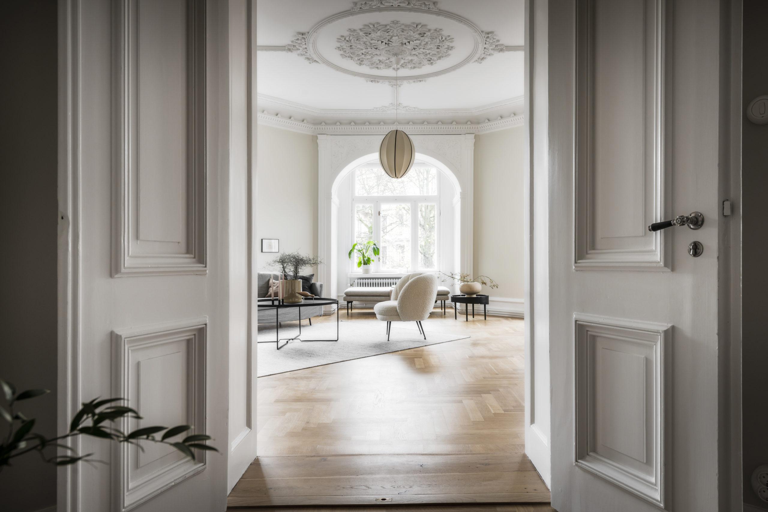 Dörröppning till ett exklusivt vardagsrum i en lägenhet
